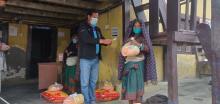 छायाँनाथ रारा नगरपालिका मुगु द्वारा नगरपालिका क्षेत्र भित्र रहेका गरिव, अपाङ्ग र अति विपन्न घर परिवारहरुलाई राहत वितरण गर्नुहुदै नगर प्रमुख ज्यू ।