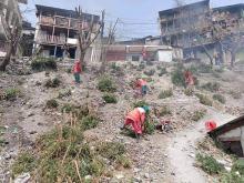 छायाँनाथ रारा नगरपालिका मुगुका सरसफाई सहजकर्ताहरु वजार क्षेत्रको फोहोर व्यवस्थापन गर्दै ।